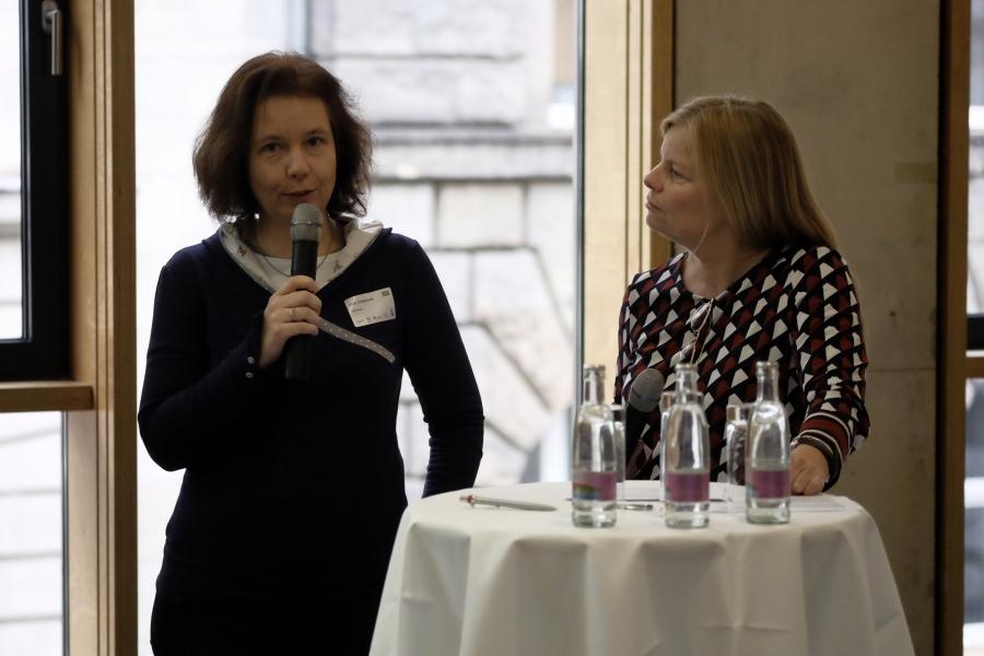 Anke Hildebrandt von kidsville.de  im Talk mit Katharina Gerlach; (c) Foto: Michael Schnell