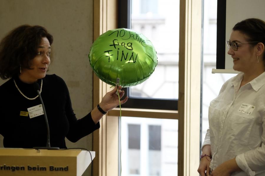 Helga Kleinen gratuliert Melanie Enders fragFinn;  (c) Foto: Michael Schnell