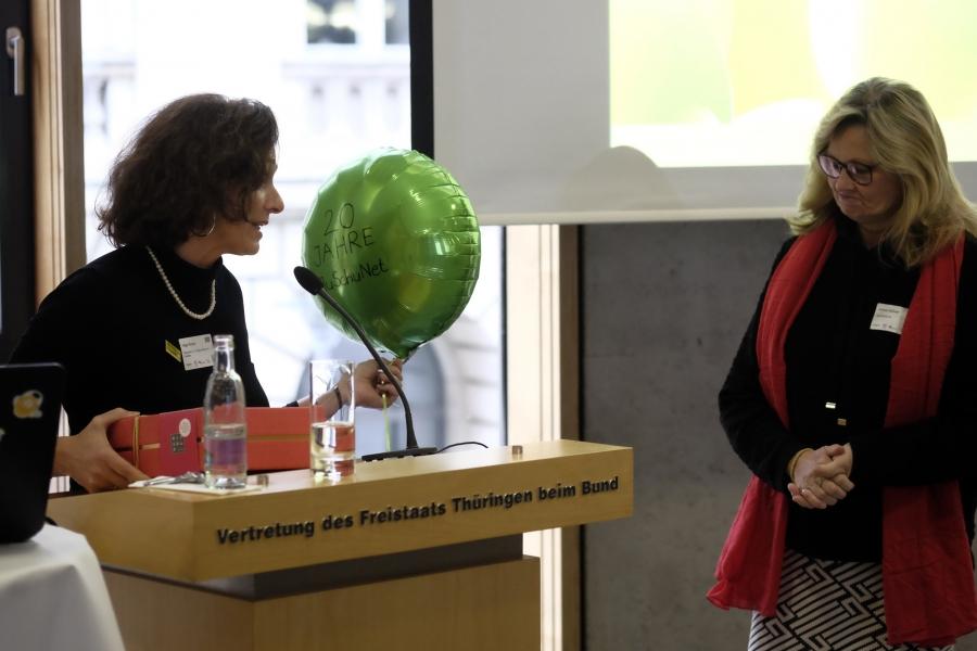 Helga Kleinen gratuliert Andrea Kallweit von jugendschutz.net;  (c) Foto: Michael Schnell