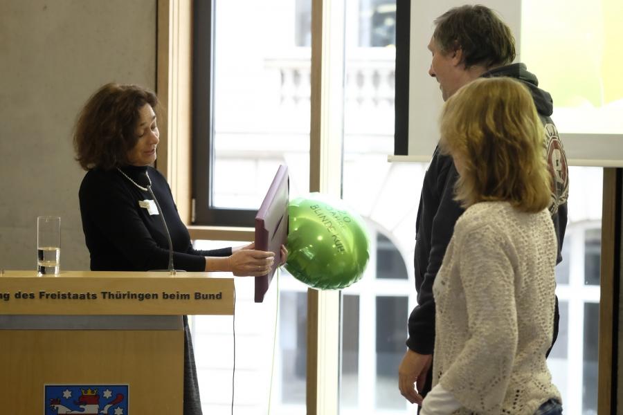 Helga Kleinen gratuliert Michael Müller und Darja Martens von Blinde Kuh e.V.;  (c) Foto: Michael Schnell