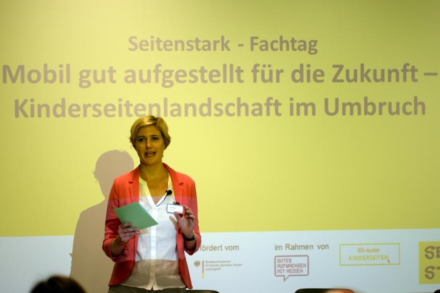 Moderatorin Nina Lindlahr begrüßt die Anwesenden