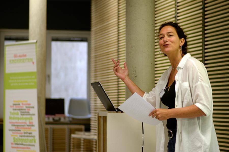 Begrüßung durch Helga Kleinen, Vorsitzende Seitenstark e.V.