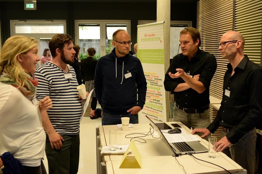 Praxisnahe Expertenberatung an Tisch 4: Ein- und Umbau von Spielen, Videos, Ton: Philipp Behrens  & Volker Neumann