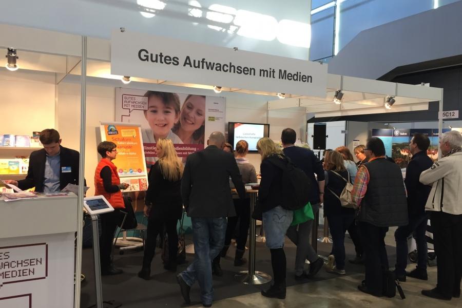 """Stand """"Gutes Aufwachsen mit Medien""""; (c) Foto: Birgit Brockerhoff"""