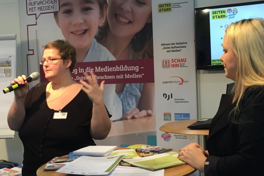 Katja Reszel stellt den Seitenstark-Chat vor; (c) Foto: Birgit Brockerhoff