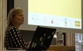 Moderatorin Katharina Gerlach begrüßt die Teilnehmer*innen; (c) Michael Schnell